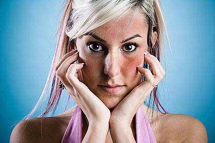 az arc bőrén vörös folt viszket hajhulls pikkelysmr kezels