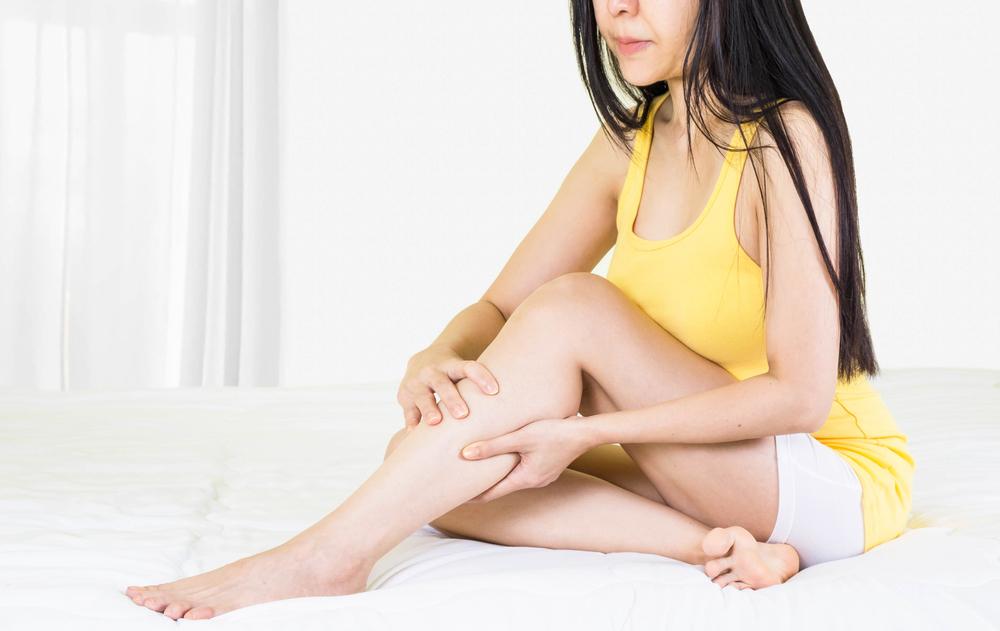 kiütések vörös foltok formájában a lábakon vörös duzzadt foltok a karokon és a lábakon