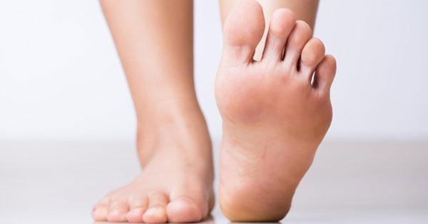 a lábujjak közelében lévő lábán vörös folt viszket